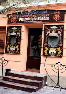 Вход в кнайпу оформлен с использованием еврейской символики