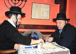 Каждому посетителю предлагают надеть еврейскую шляпу с пейсами