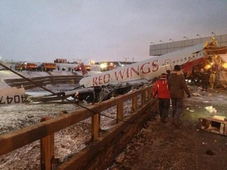 Літак перепригнув яму