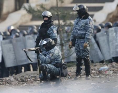1390215828-3860-snayperyi-spetspodrazdeleniya-militsii-berkut-strelyayut-rezinovyimi-pulyami-v-jurnalistov-na-ul-grushevskogo-v-kieve